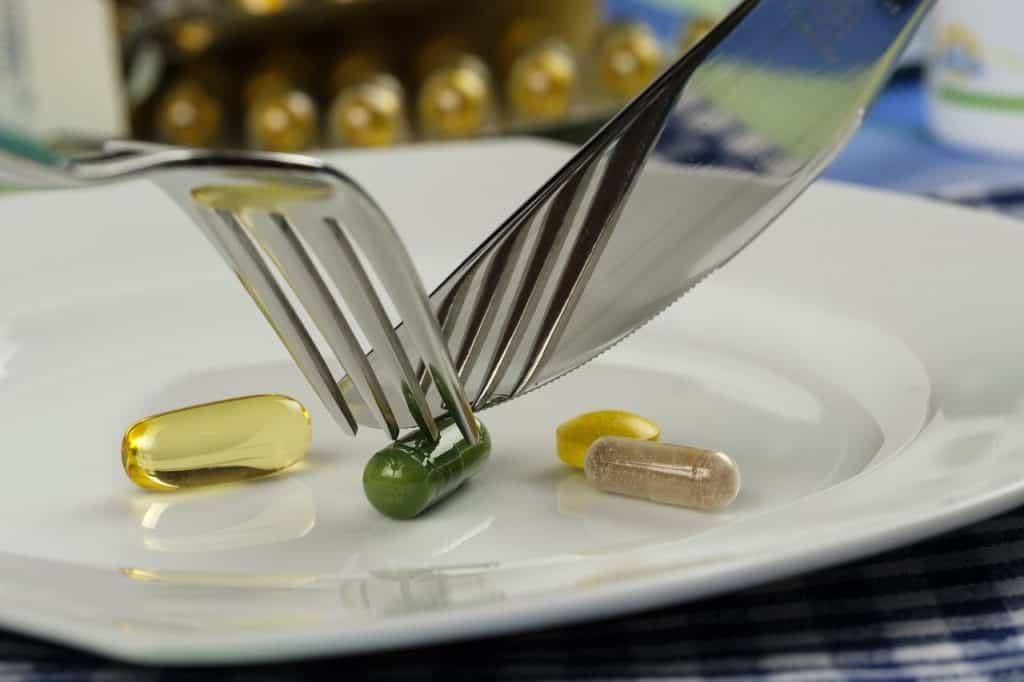 Imagem de pílulas dentro de um prato.