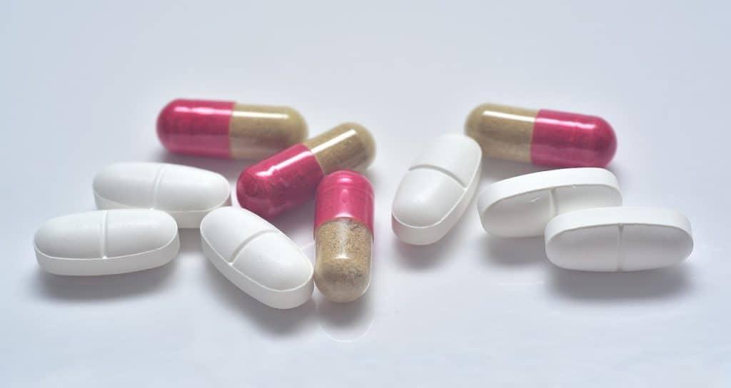 Imagem de comprimidos e cápsulas.