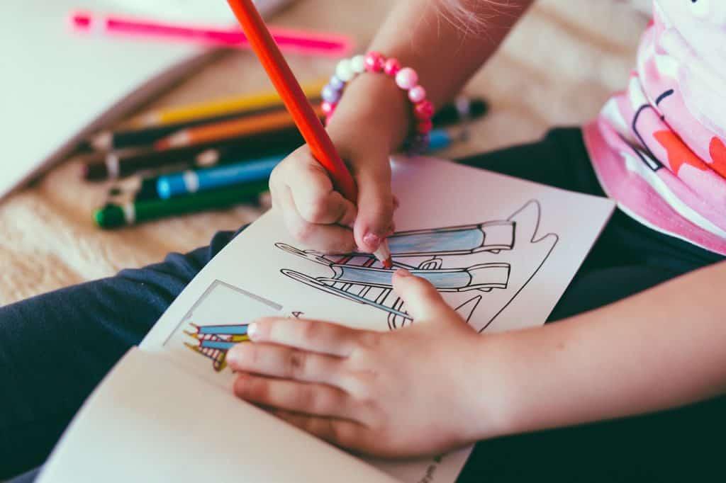 Imagem de uma criança desenhando.