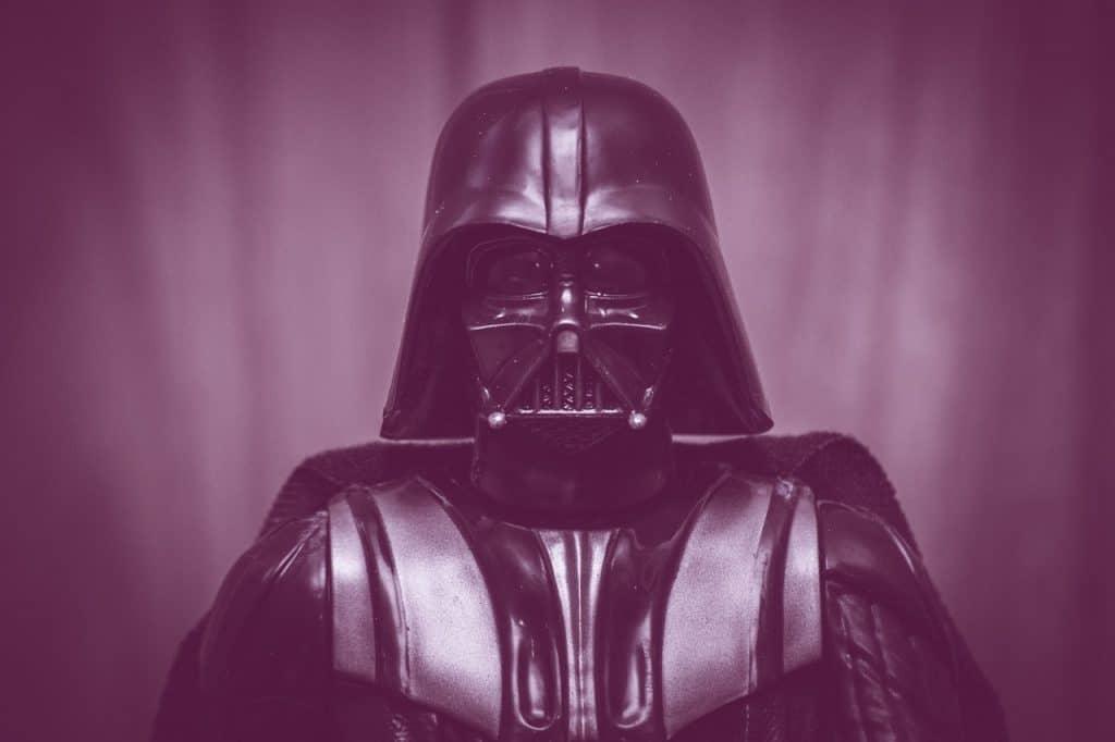 Na foto uma pessoa vestida com uma fantasia de Darth Vader.