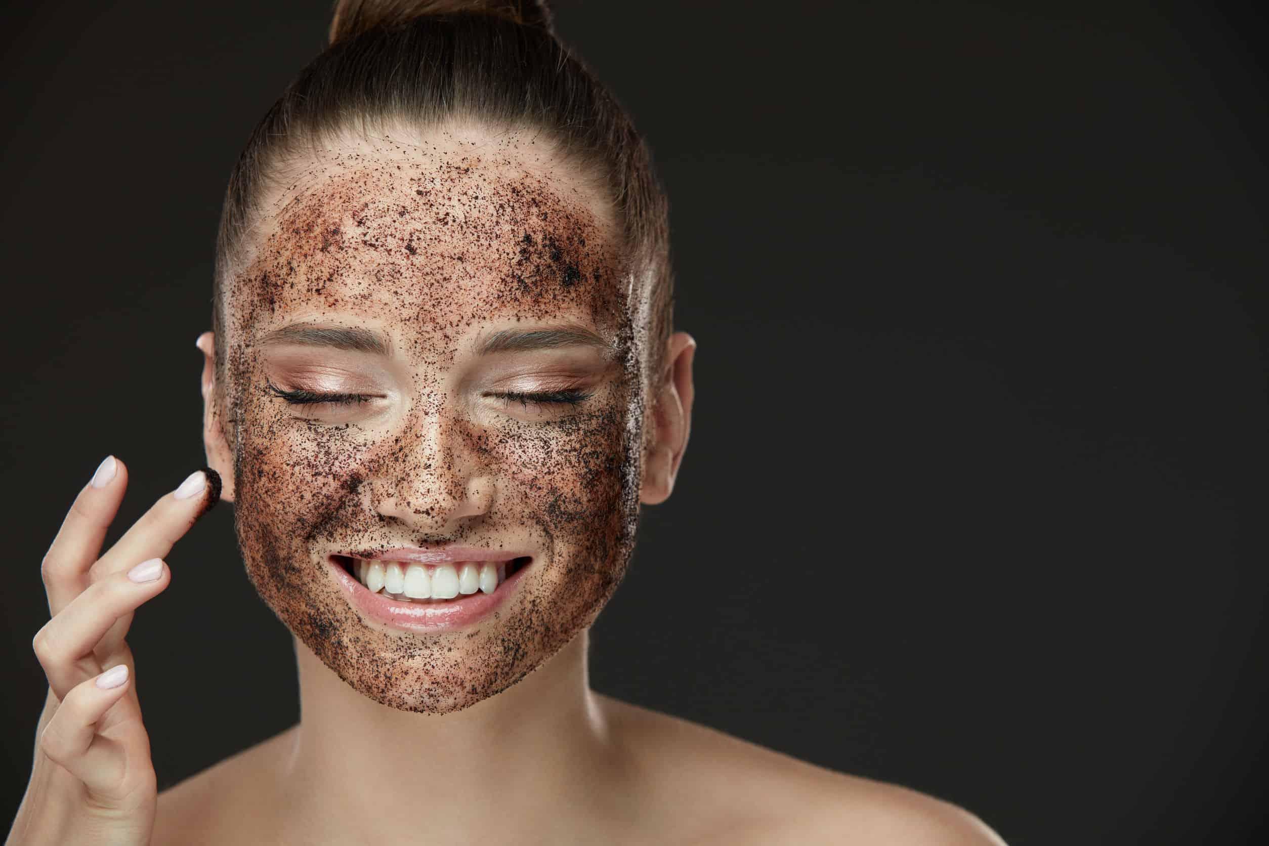 Mulher com esfoliante no rosto.