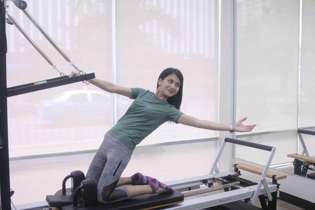 Fazendo exercício de pilates em aparelho.
