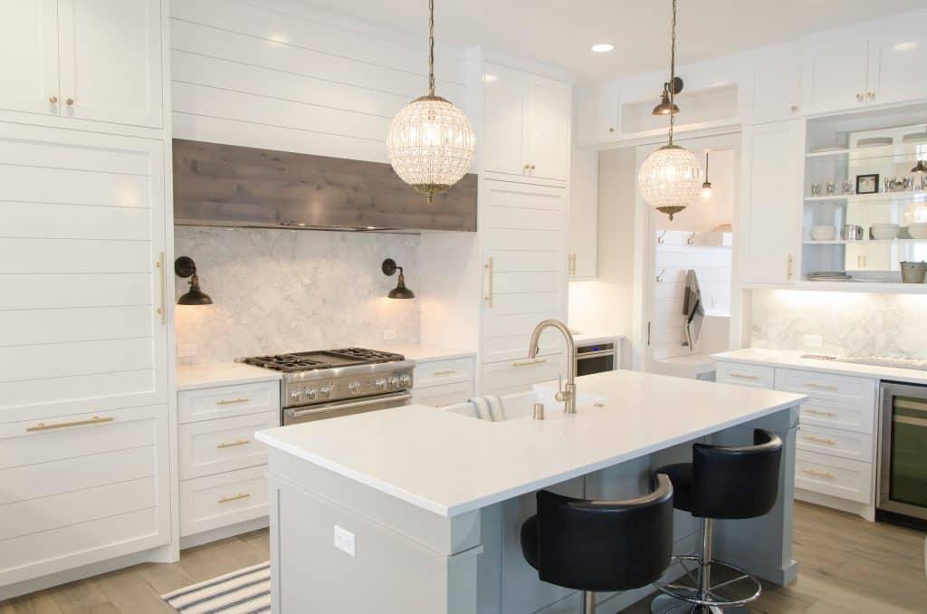 Imagem de uma cozinha, ao fundo um fogão embutido.