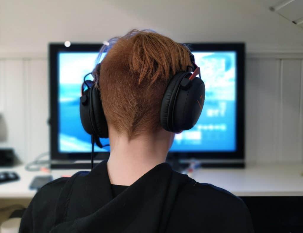 Imagem de pessoa jogando PS4 com headset.