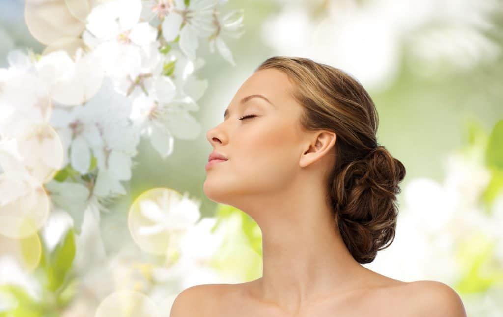 Imagem de uma mulher com a pele bem cuidada.
