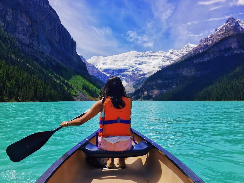 Imagem de uma mulher remando em um bote.