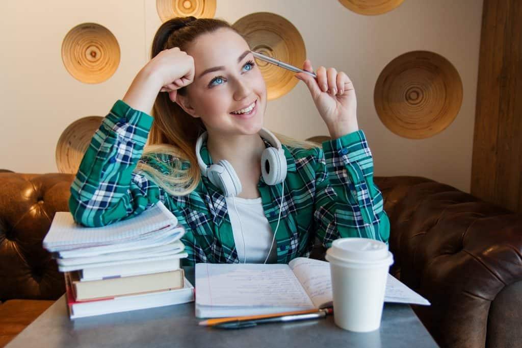Imagem de uma garota estudando.