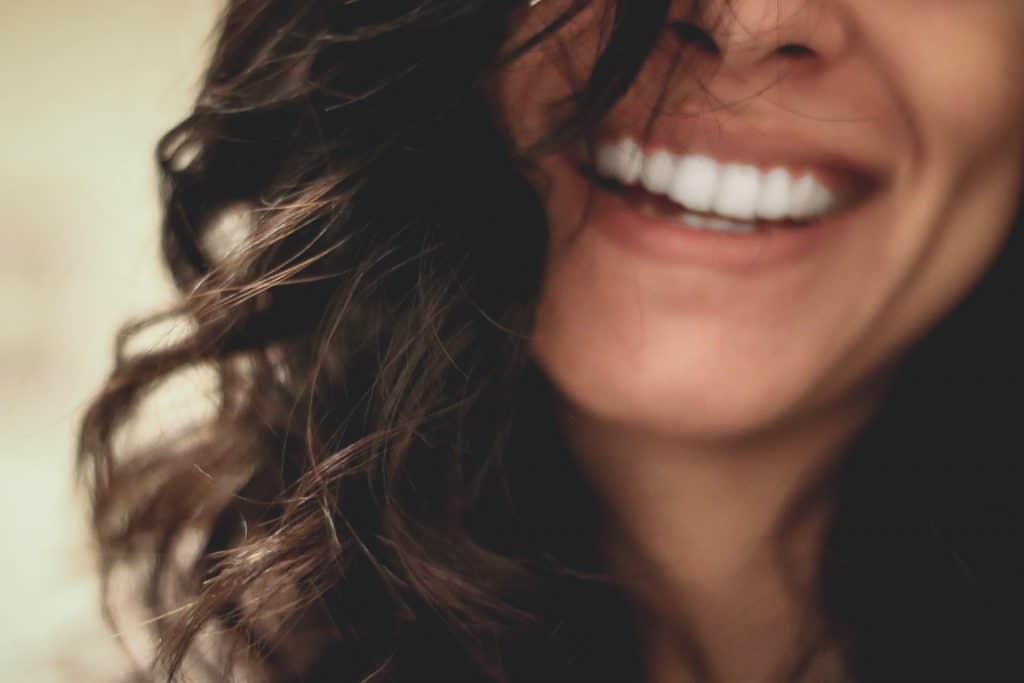 Imagem de uma mulher sorrindo.