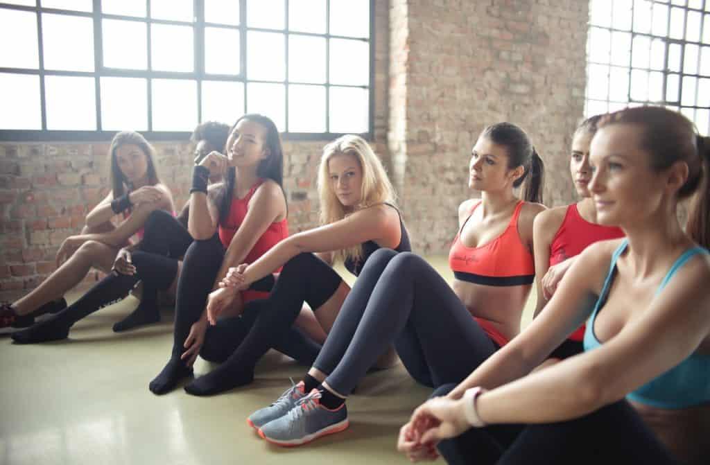 Imagem de um grupo de mulheres na academia.