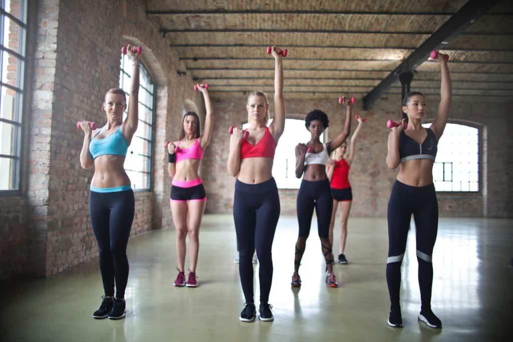 Imagem de um grupo de mulheres se exercitando.