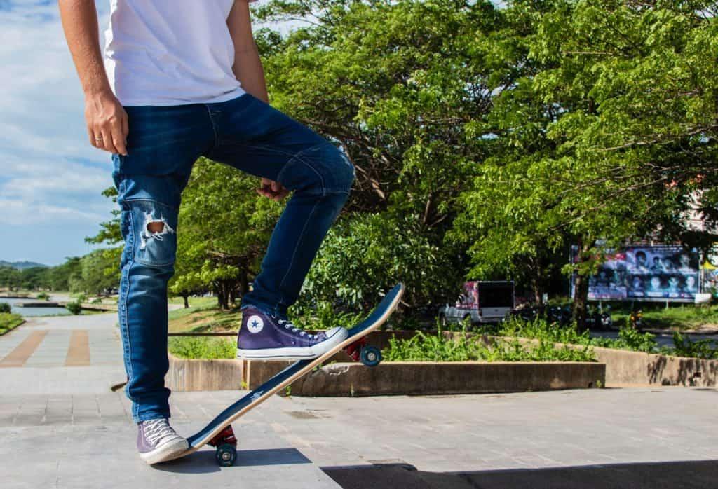 Na foto um skatista em um parque.