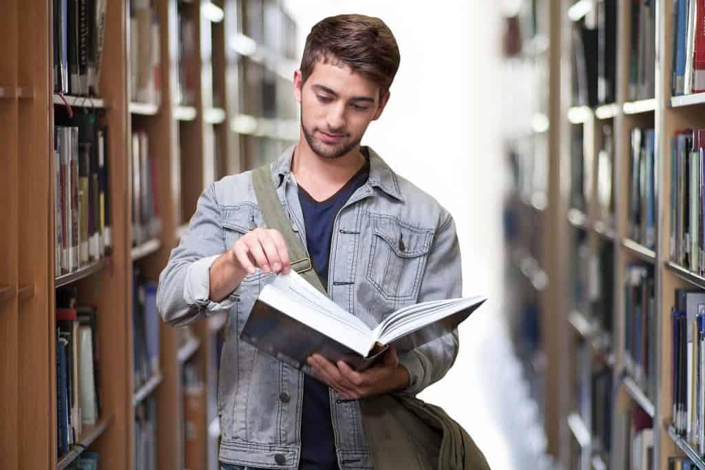 Imagem de um rapaz lendo.