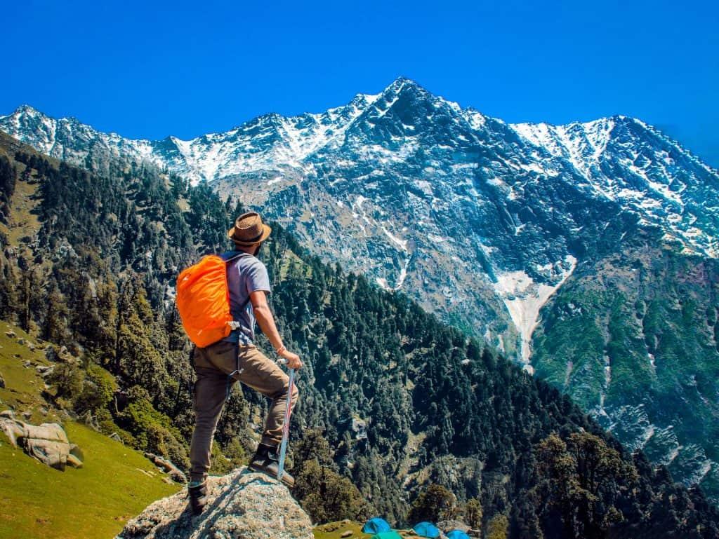 Imagem de um homem fazendo trilha.