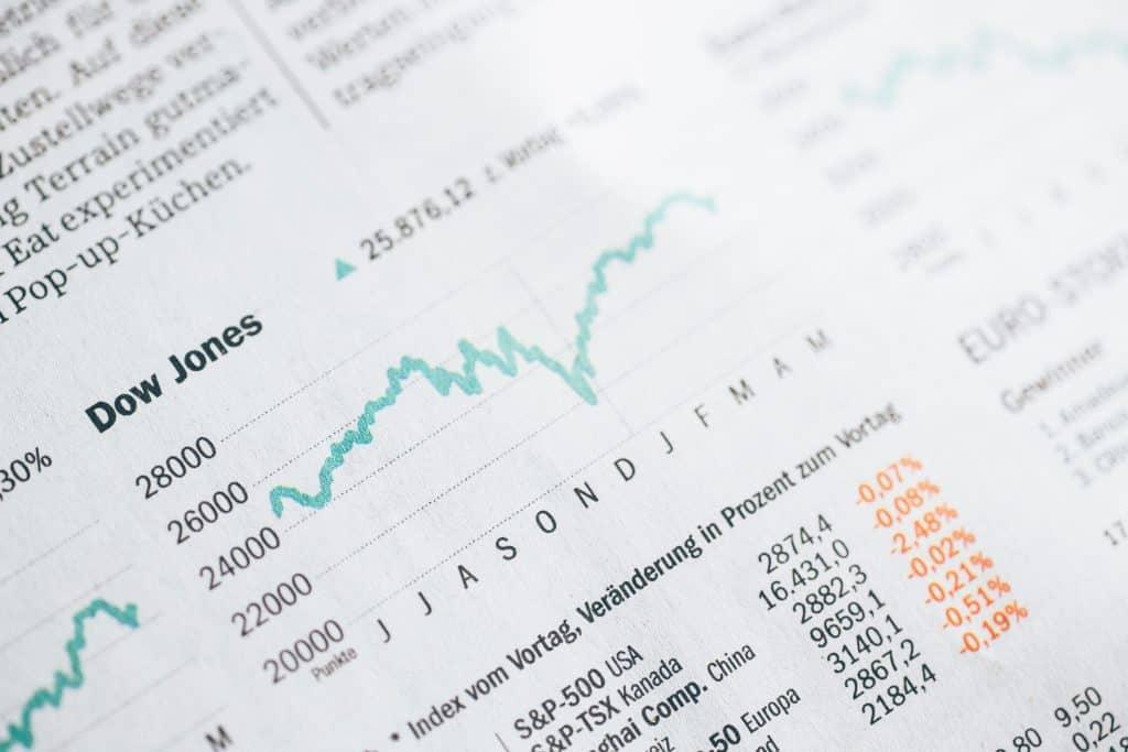 Uma página de livro de economia com foco aproximado traz uma tabela do Índice Dow Jones, um dos principais indicadores do mercado dos EUA.