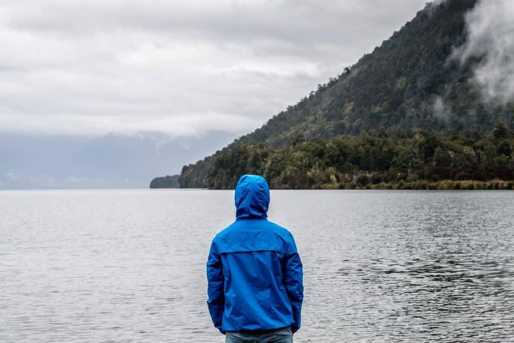 Imagem de um homem vestido com uma jaqueta corta vento.