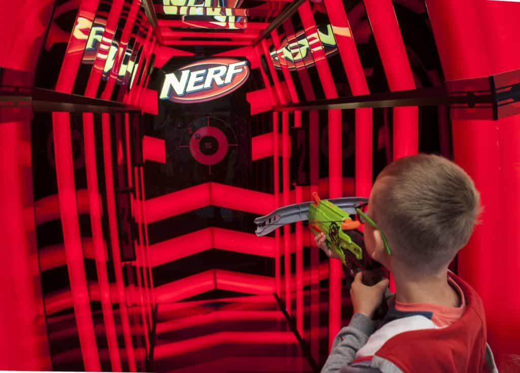 Menino se prepara para atirar com lançador em arco.