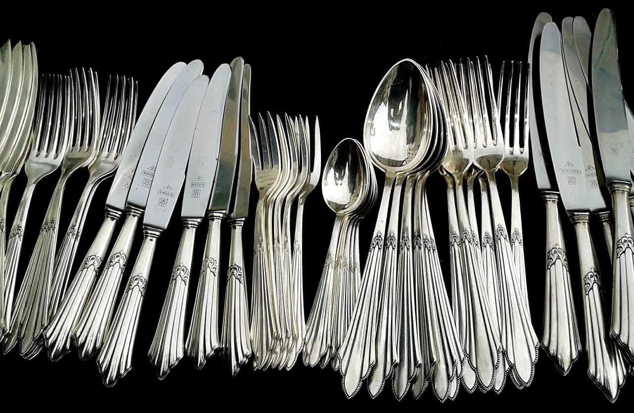 Imagem de garfos, facas e colheres.