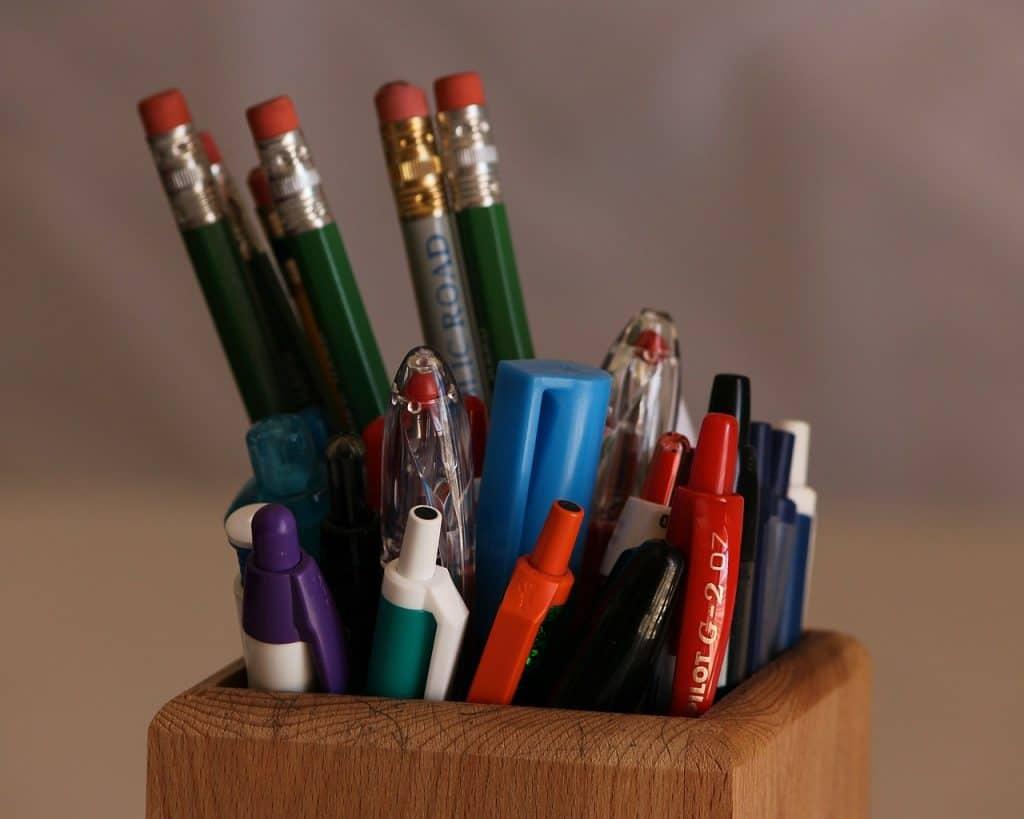 Imagem de um porta canetas de madeira.
