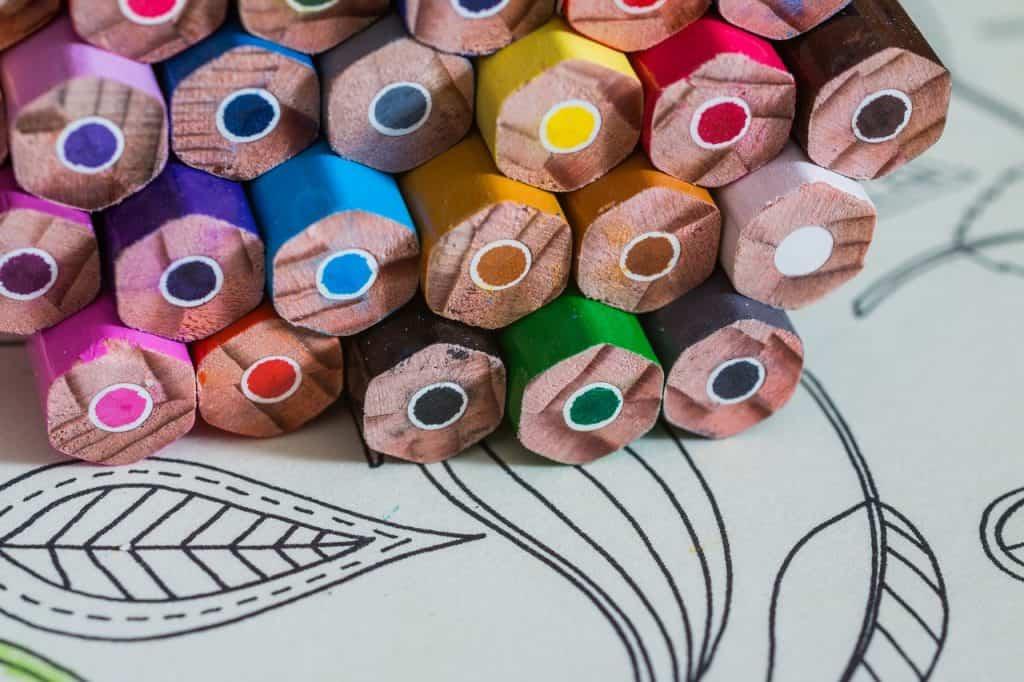 Imagem de lápis de cor em formato hexagonal.
