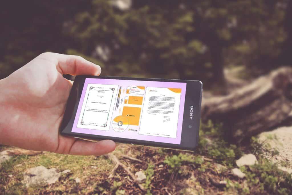 Imagem mostra um celular e, em sua tela, gráficos e textos.