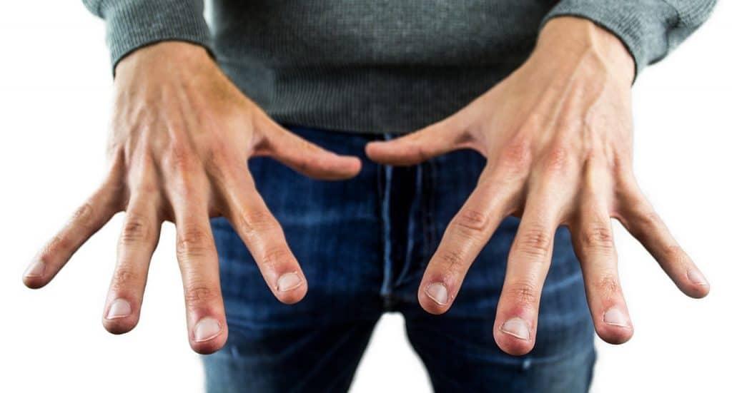 Homem mostrando as unhas.