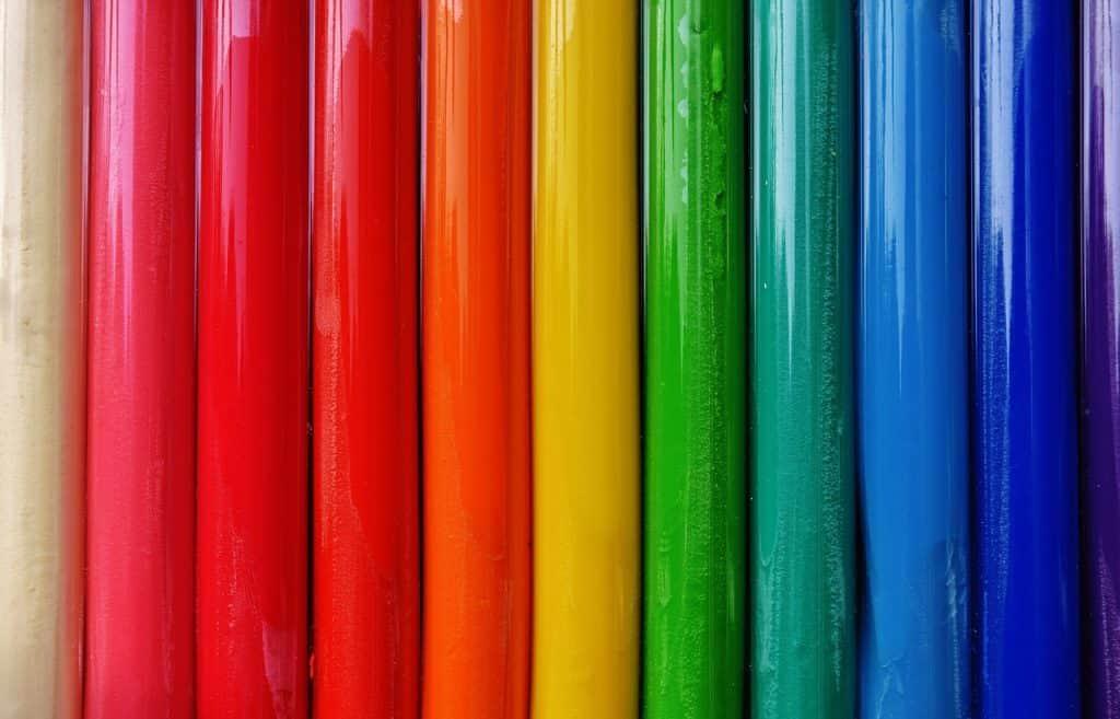 Tubos de massinha de modelar coloridos.