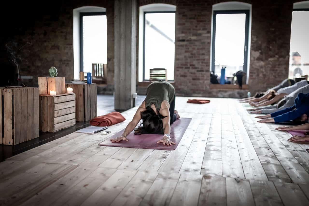 Pessoa praticando pilates.