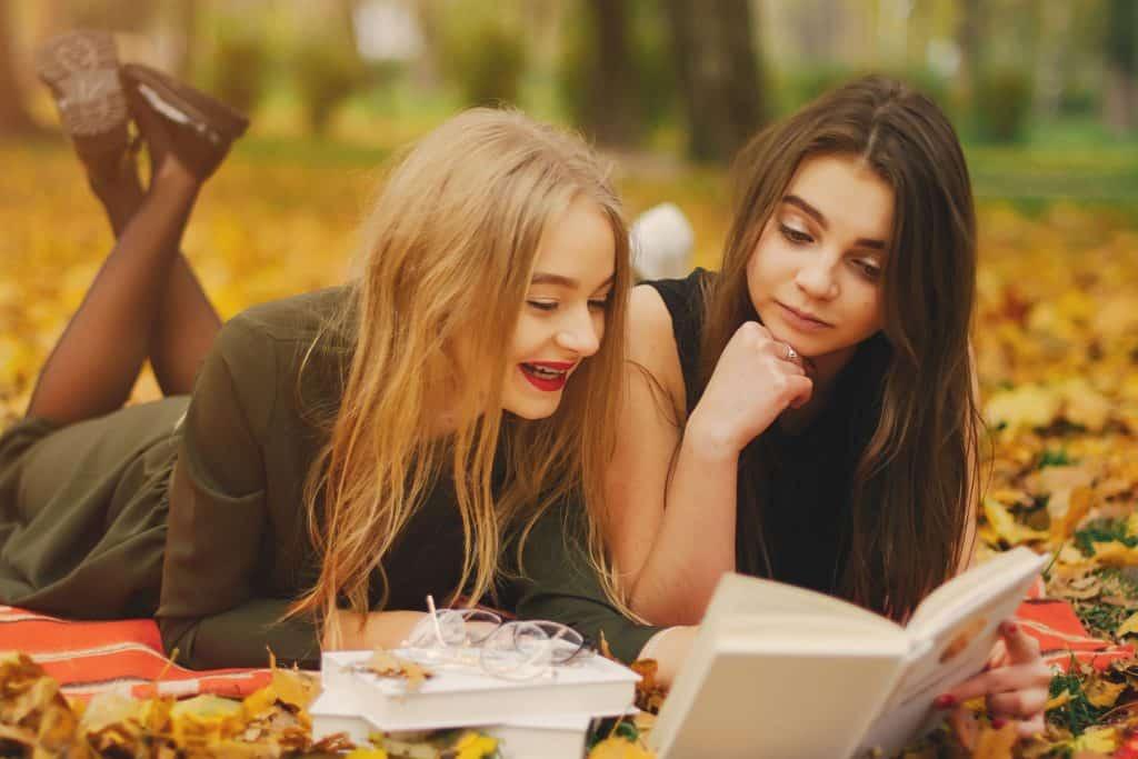 Imagem de duas meninas lendo.
