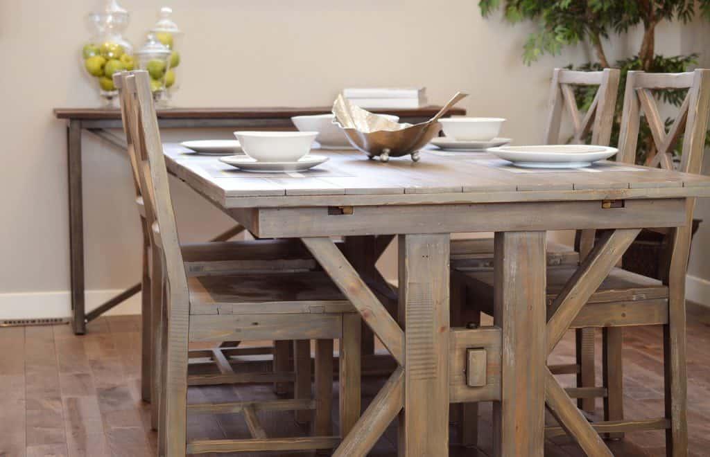 Imagem de mesa de jantar rústica.