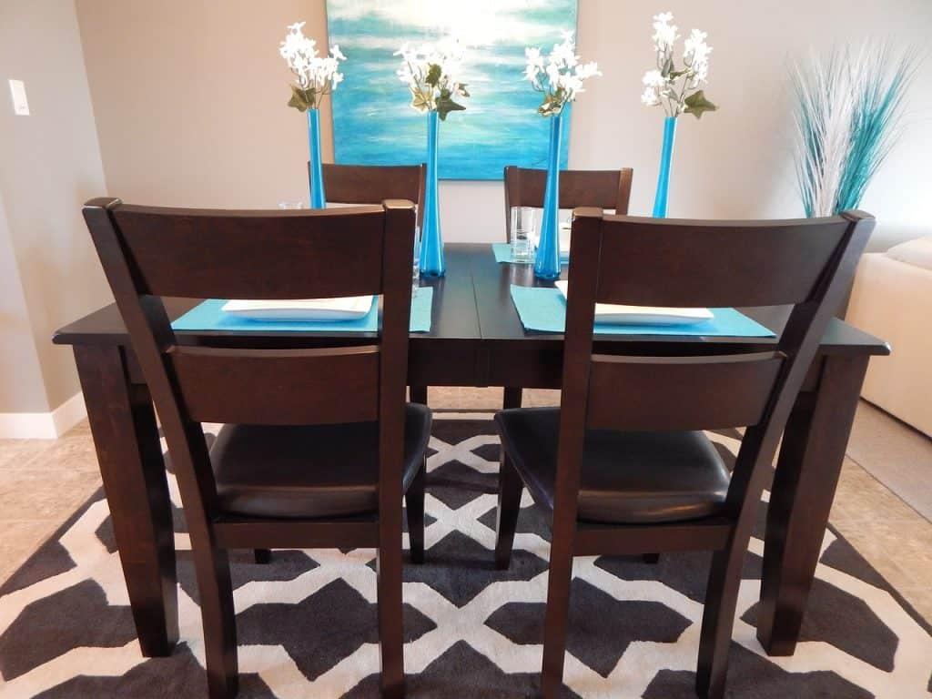 Imagem de mesa de jantar para quatro pessoas.