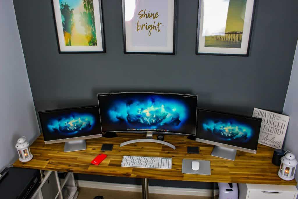 Imagem de monitores de computador.