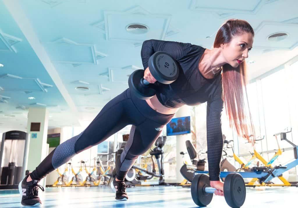 Mulher treinando em academia de ginástica.