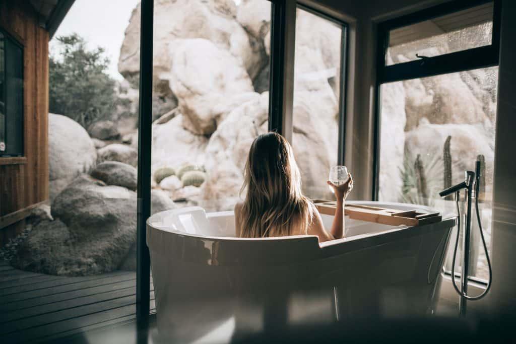 Imagem de uma mulher tomando um banho de banheira.
