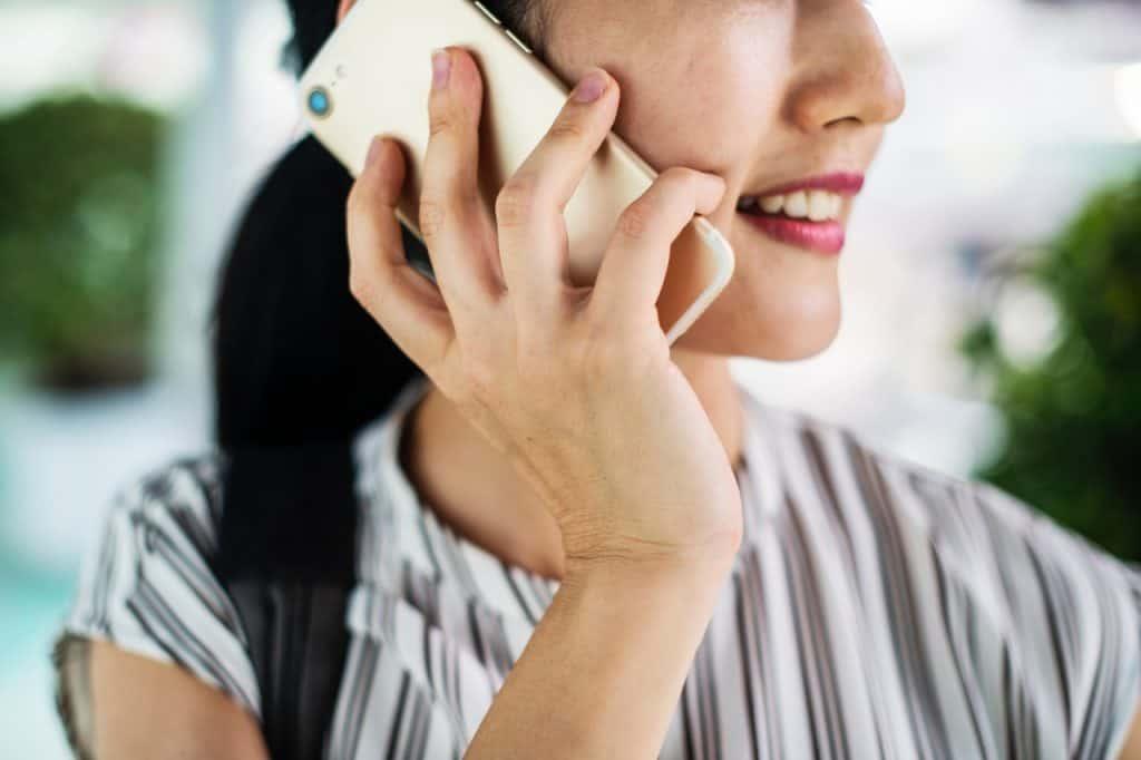 Imagem de uma mulher falando ao telefone.