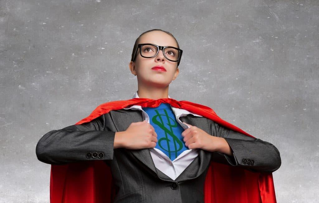 Na foto uma mulher de terno com uma capa de super-herói.