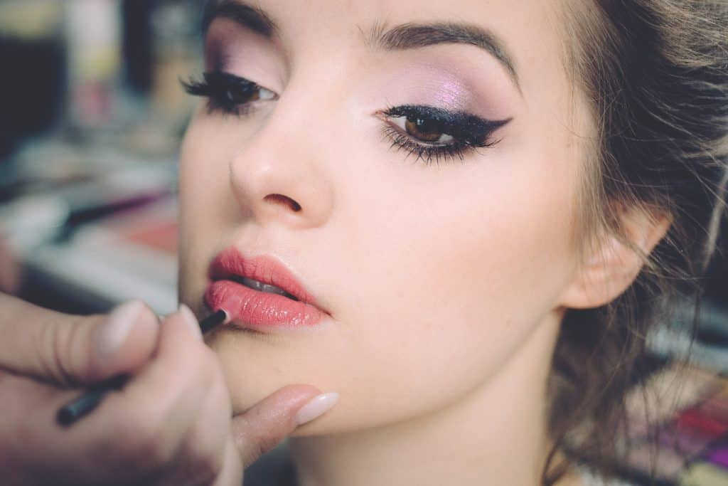 Imagem de uma mulher maquiada.