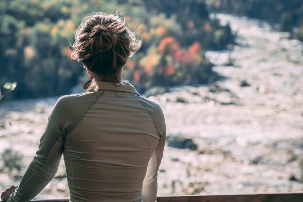 Imagem de uma mulher vestida com uma jaqueta Adidas justa.