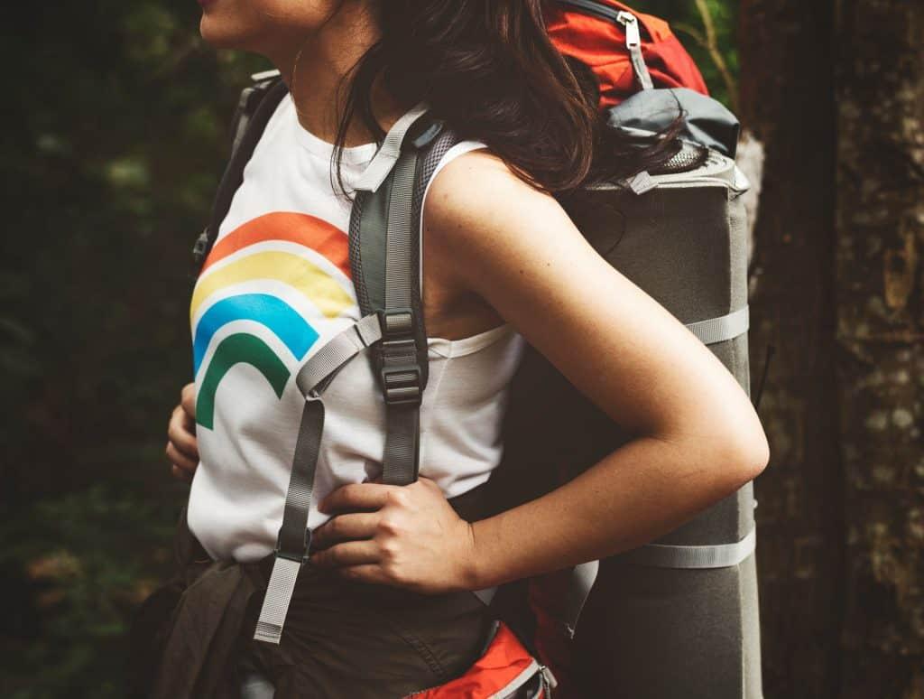 Imagem de uma mulher carregando uma mochila.