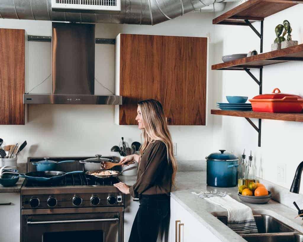 Imagem de uma mulher cozinhando.