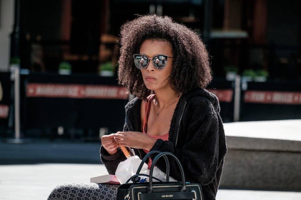 Imagem de uma mulher de cabelo afro.