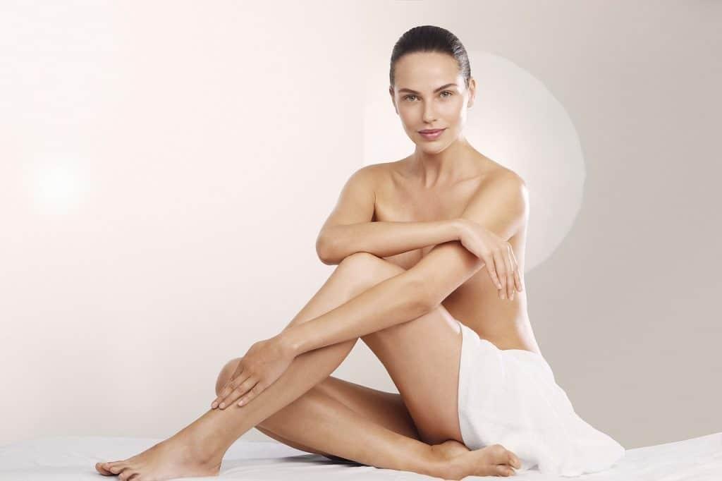 Imagem de uma mulher com as pernas depiladas.