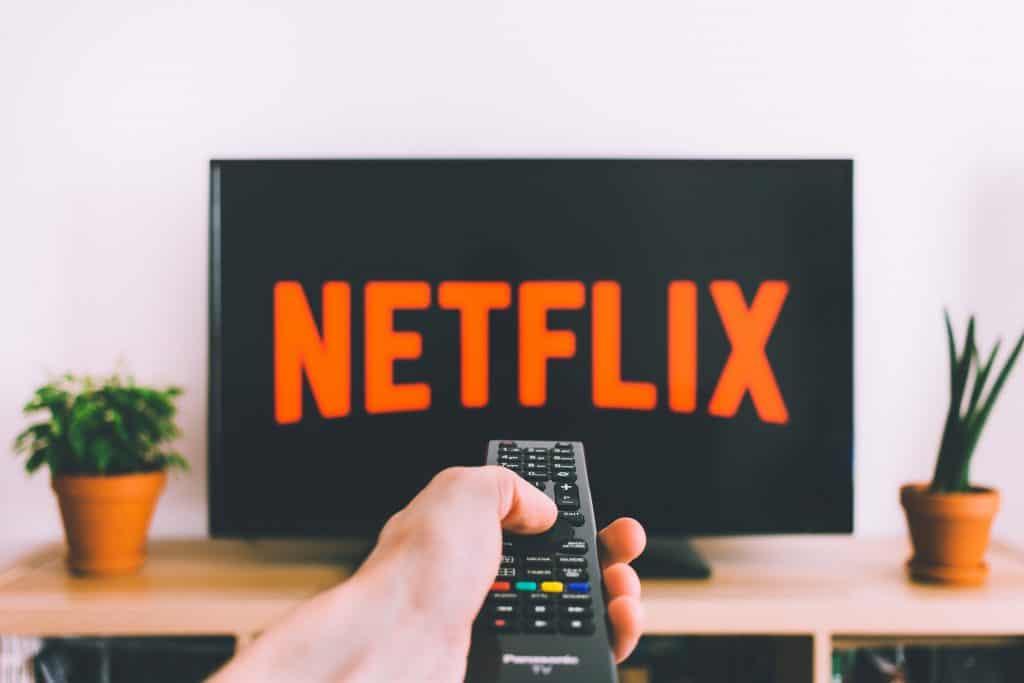 Imagem de uma pessoa navegando na Netflix.