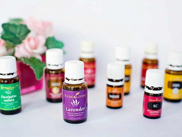 Imagem de frascos de óleos essenciais.