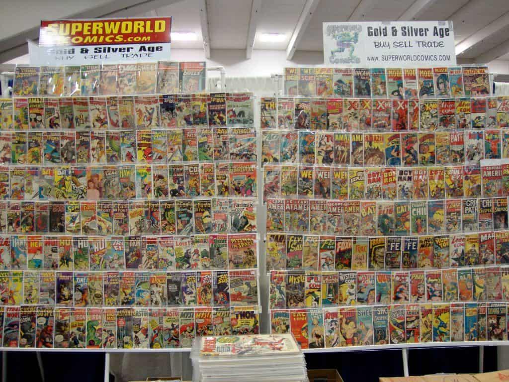 Diversos quadrinhos HQs DC em uma capa de plástico estendida em uma estante.