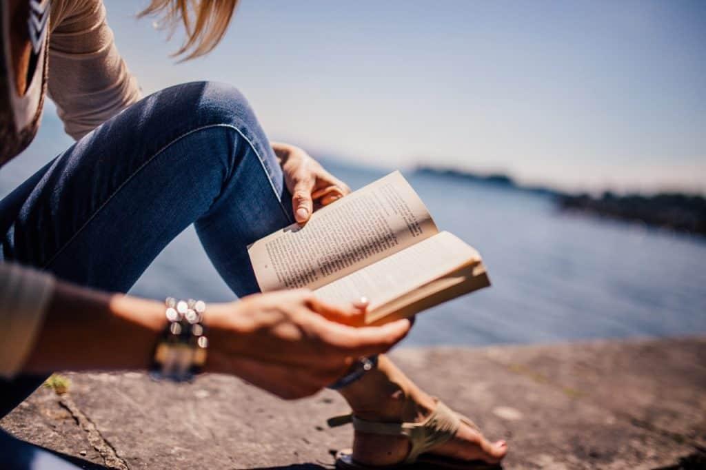 Imagem de uma mulher lendo.