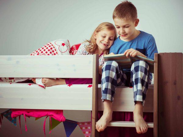 Crianças com pijama.