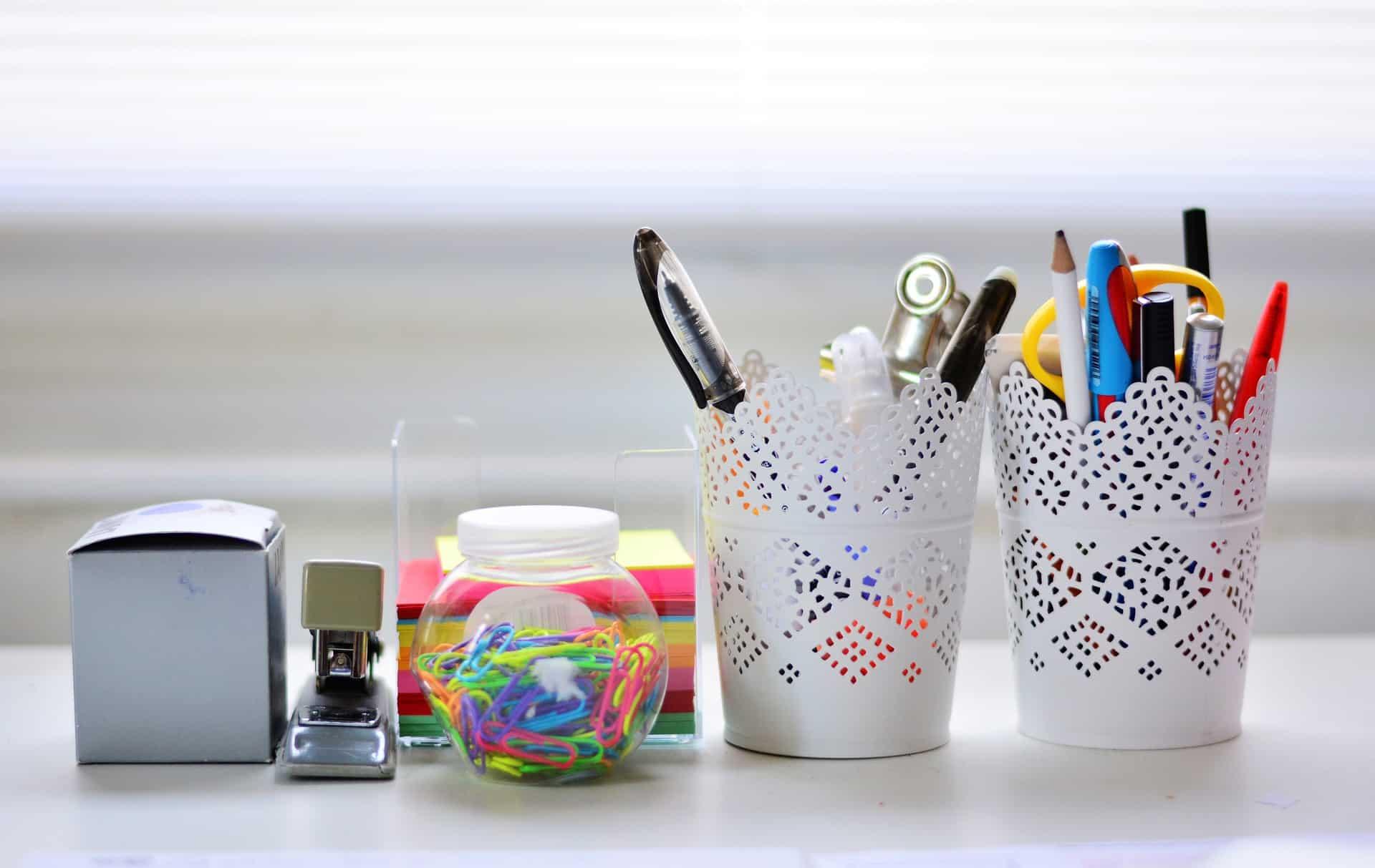 Imagem de dois porta canetas.