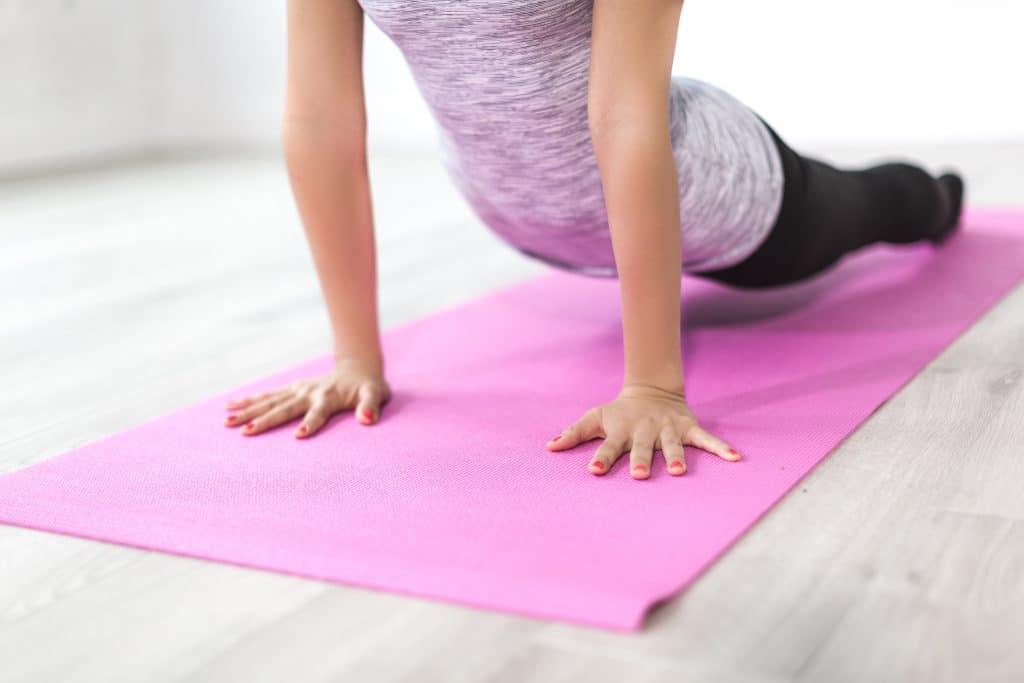 Mulher fazendo exercício de pilates.