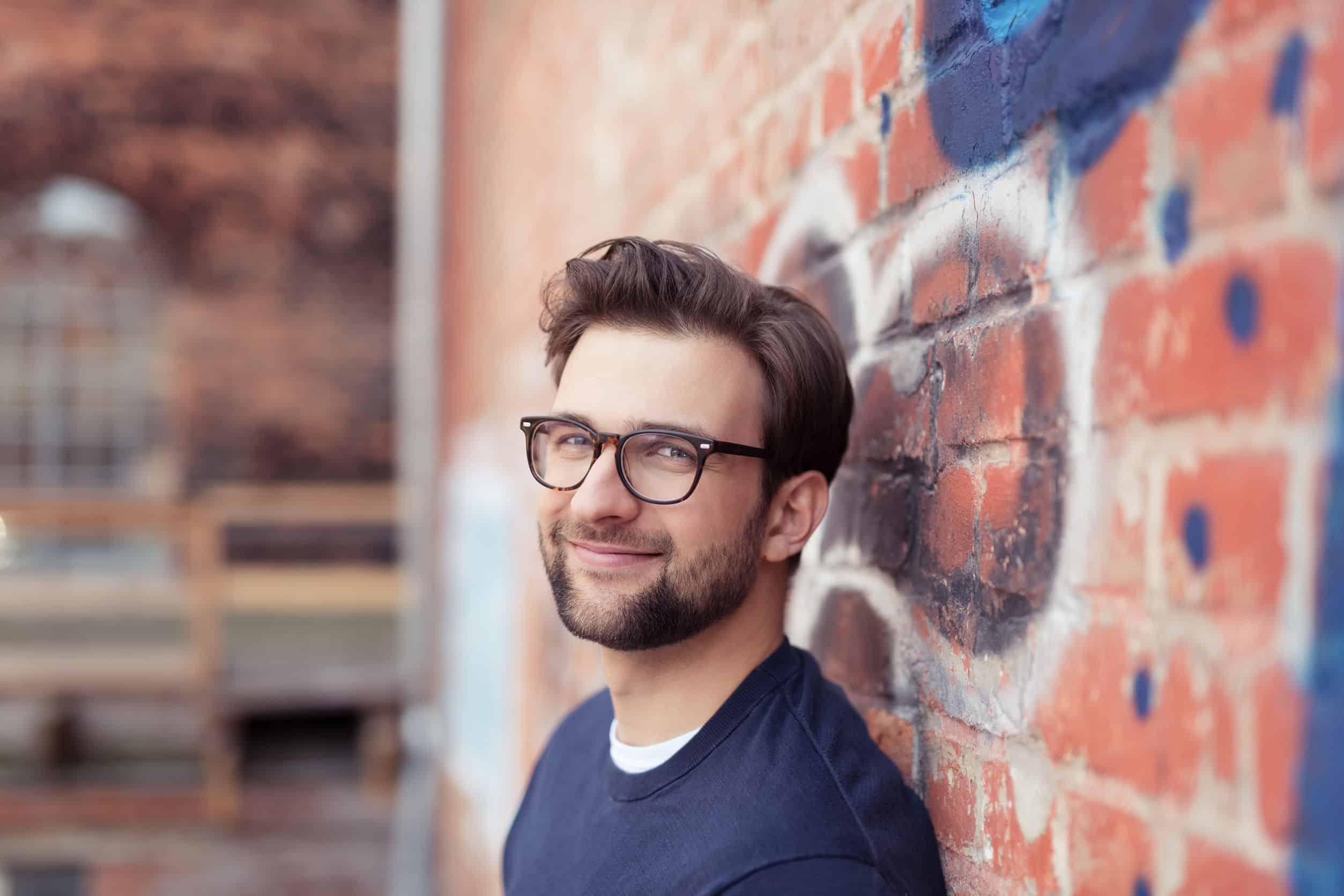 Homem nerd com óculos de grau.