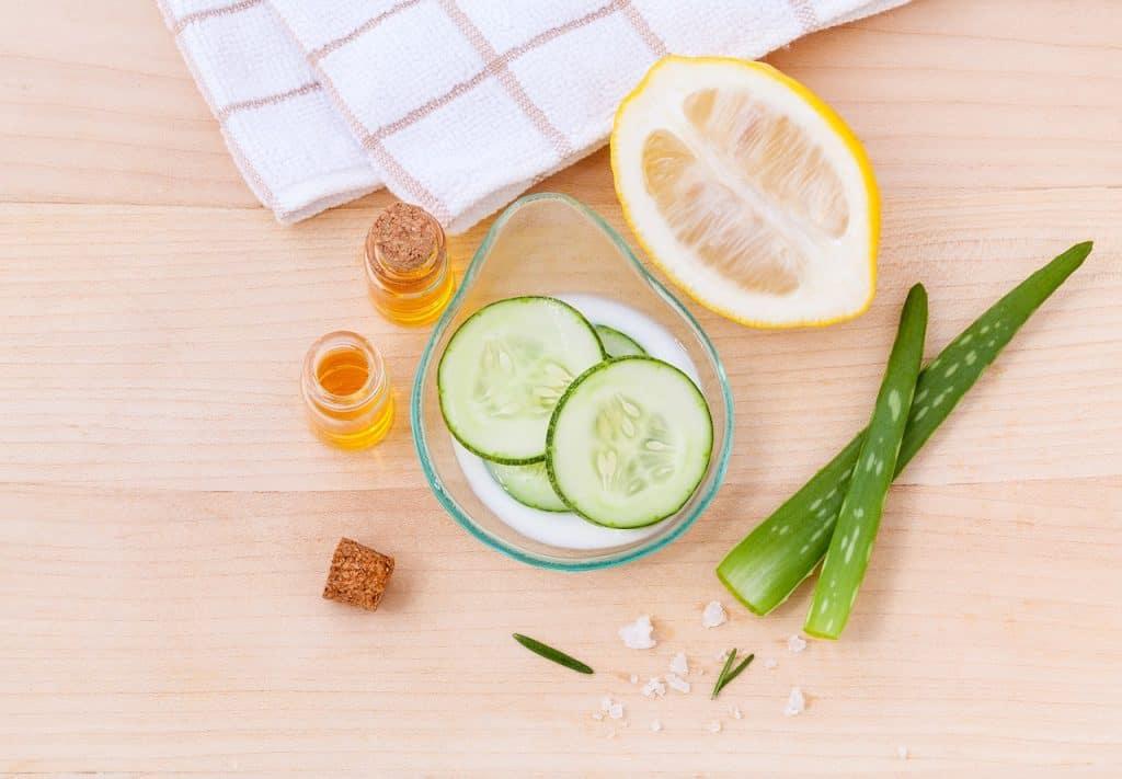 Frutas, ervas, óleos essenciais em uma mesa de madeira.